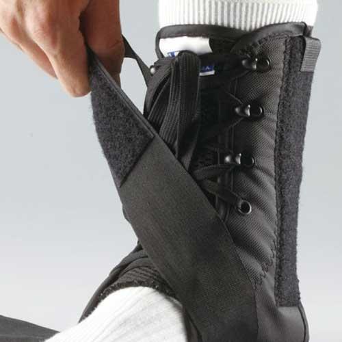 Ankelbandage med snørebånd og 2 stropper med velcrolukning | LP-597