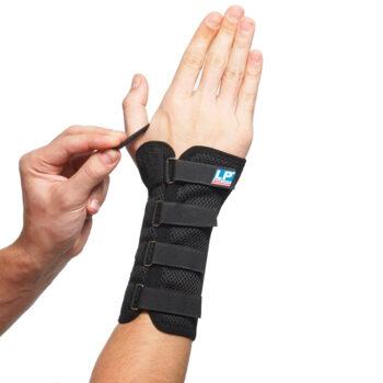 Håndledsbandagen 535 fra bandageshoppen.dk fikseres omkring tommelfingeren