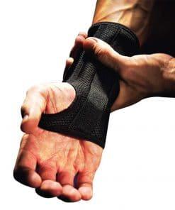 Håndledsbandagen 535 fra bandageshoppen.dk sidder stramt og behageligt