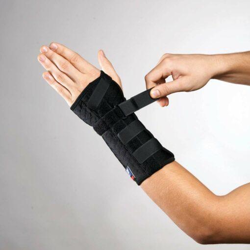 Håndledsbandagen 725CA fra bandageshoppen.dk - er nem at tage på